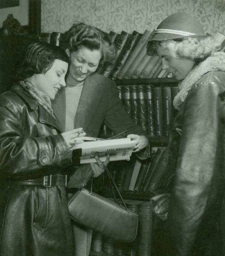 Fenyvesiné Góhér Anna (középen)