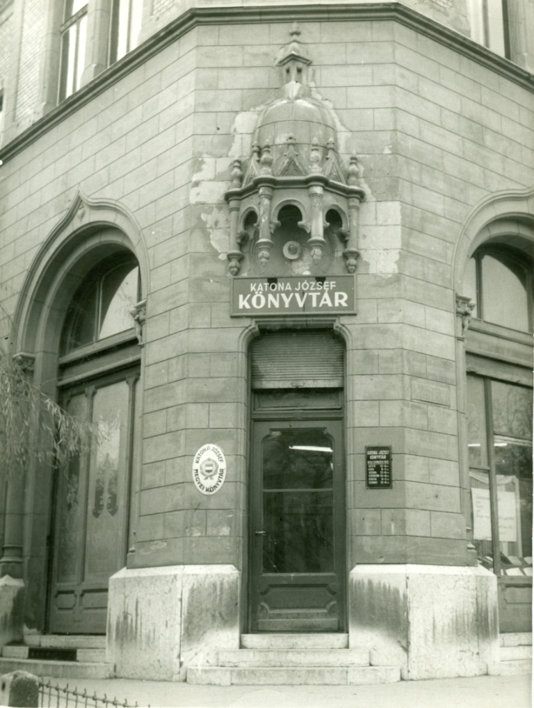 Katona József Könyvtár bejárata a Városházán